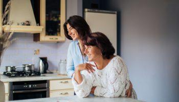 Как взрослой дочери наладить отношения с мамой?8 советов психолога