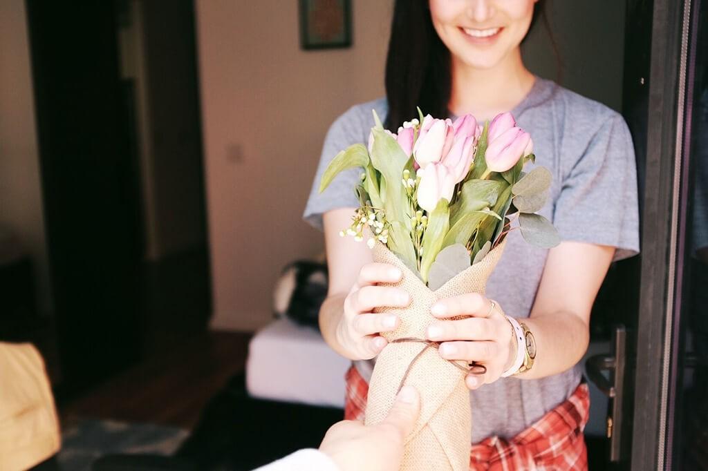 Почему мужчина не дарит цветы и подарки? 5 способов сделать мужчину щедрым и внимательным, фото